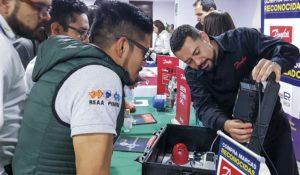 Roberto Badillo mostrando las soluciones